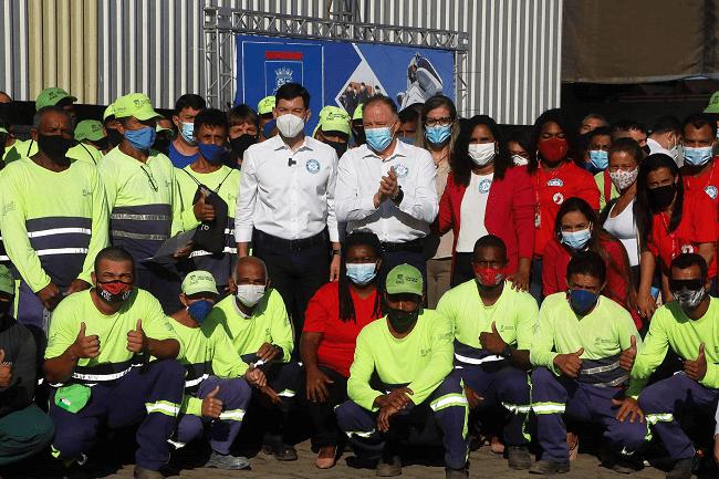 Profissionais da limpeza urbana começam a ser vacinados contra a Covid-19